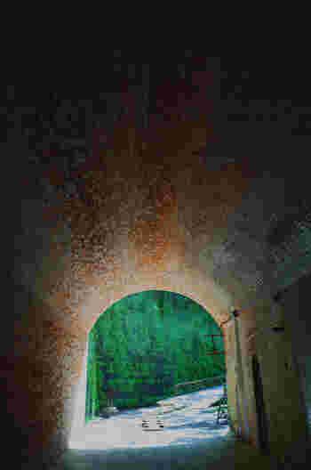 島には旧日本軍が作ったレンガ造りのトンネルが。  カップルが入ると手をつなぐので「愛のトンネル」って呼ばれてるそう。 旅の思い出作りにぴったりですね。