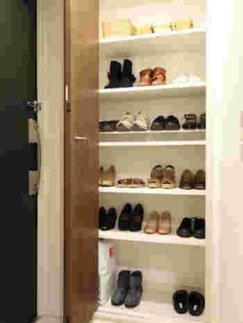 下駄箱は、収納の仕方で使いやすさが格段にアップします。オンシーズンのよく履く靴を、一番入れやすい段に。オフシーズンの靴は上段か下段に。季節によって入れ替えていくと便利です。