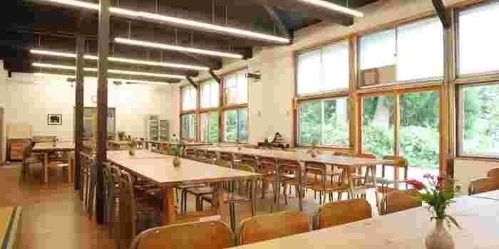 小学生の頃を思い出すような食堂。みんなでわいわいと食卓を囲み、宿泊者の方との交流できるのも、三省ハウスの魅力です。