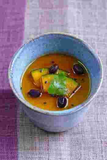 かぼちゃのペーストと豆乳で作るプリン。かぼちゃはすべてペーストにせずに、飾り用にとっておき、茹で小豆などと一緒に仕上げに飾ればまるでカフェのスイーツのような素敵な仕上がりに。