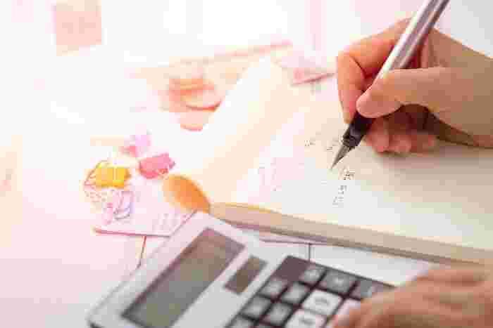 まずやるべきは、現在の家計の把握です。どのくらいの貯金・資産があって、1カ月の収入はどのくらいで、それに対する支出はどのくらいなのか。あなたは即答できますか? まずはそこを把握しないと、1カ月あたりどのくらいの貯金ができるのかもわかりません。家計を把握する方法をいくつかご紹介します。自分がやりやすい形でトライしてみてくださいね。
