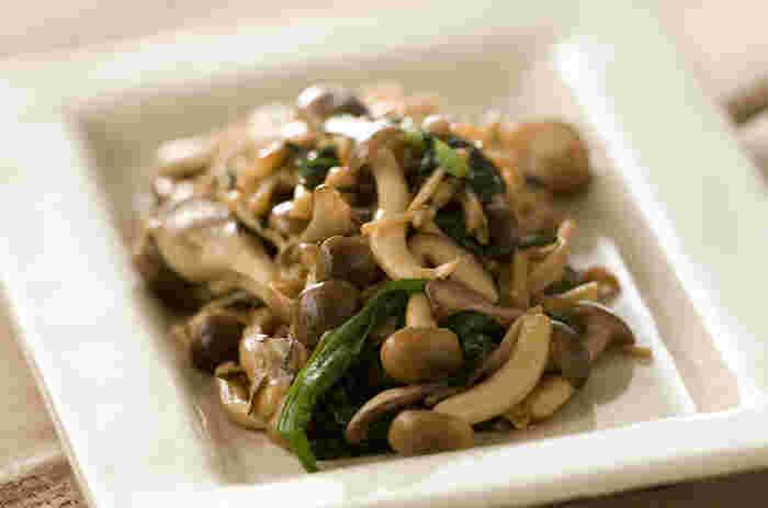 シイタケ、しめじ、エノキ、舞茸などたっぷりのキノコを使った、食欲をそそる中華風の炒め物です。簡単なのであともう一品という時の副菜としてもおすすめ。