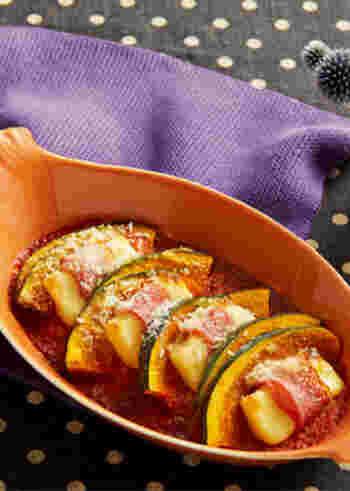 ホクホクかぼちゃと濃厚なチーズとトマト、旨みたっぷりのベーコンのハーモニーがたまらないオーブン焼きのレシピ。彩りも鮮やかでおもてなしにもぴったりです。