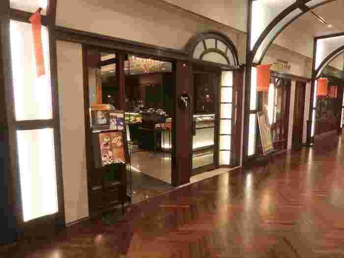 """フランス語で""""金の円盤""""を意味する『ショコラティエ パレドオール』は、新丸ビル1階にあります。日本を代表するショコラティエ、三枝俊介氏が手掛けるお店。シックな外観は大人デートにぴったりな雰囲気です。"""