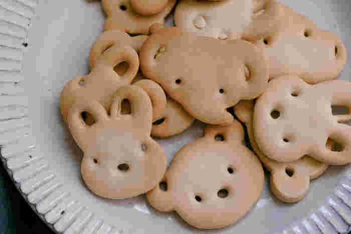 どこか懐かしい気分にさせてくれる「どうぶつびすけっと」は、サクサクでシンプルな天然素材のクッキーです。国産小麦・砂糖・油・塩だけのシンプルなレシピで作られているので、無添加無着色でお子様とも一緒に安心して食べることができます。お母さんが作ってくれたような、素朴な日本の味をお楽しみくださいね。