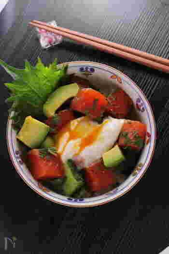 """丼ものにポーチドエッグを添えるのもおすすめ。味も見た目も、卵が全体をまとめてくれます。こちらは、麺つゆを使った""""簡単漬けサーモン""""で作る和風の味ですが、洋風の食材とのコンビネーションもいいですね。"""