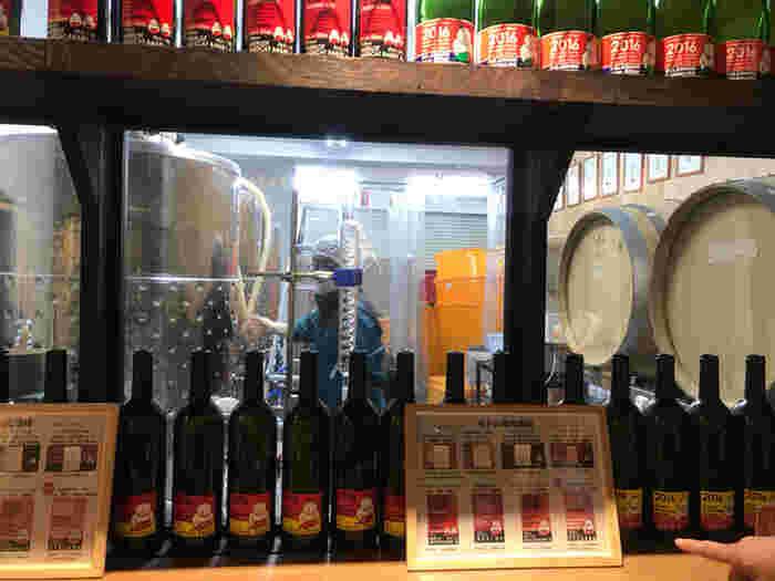 醸造所にはテイスティングラボが併設されており、醸造所の風景を見ながら自家製のワインをいただくことができます。  北海道産や山形県産、青森県産のぶどうを使ったワインがそろっているので、蔵出し直送の味を楽しんでください!
