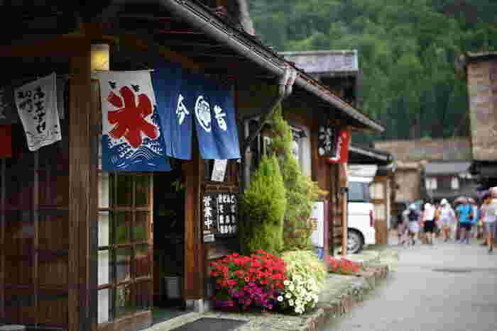 他にも世界遺産白川郷合掌造り集落には、長瀬家、神田家、明善寺庫裡郷土館や、飲食の施設などがあり、一日いても飽きることなく、昔懐かしい光景の中、ゆったりと観光を楽しめそう。ただし世界遺産集落は今も実際に生活している集落なので、住民の方々のプライバシーに配慮しマナーを守って散策し、素晴らしい世界文化遺産をいつまでも美しく後世に伝えたいですね。