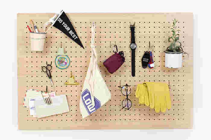 ウォールシェルフやストリングポケットなどを使うことで、オブジェもランダムにたくさん飾ることが可能になります。小物の収納にも便利なペグボードを活用しても◎です!