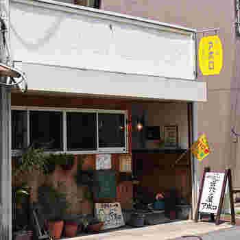 郡山市にある「豆パン屋 アポロ」。  国内産小麦を使って焼いたオーソドックスなパンがいろいろありますが、カフェが併設された店内はパン屋さんというよりは雑貨屋さんのよう。ひとりでもゆっくり過ごせますよ。