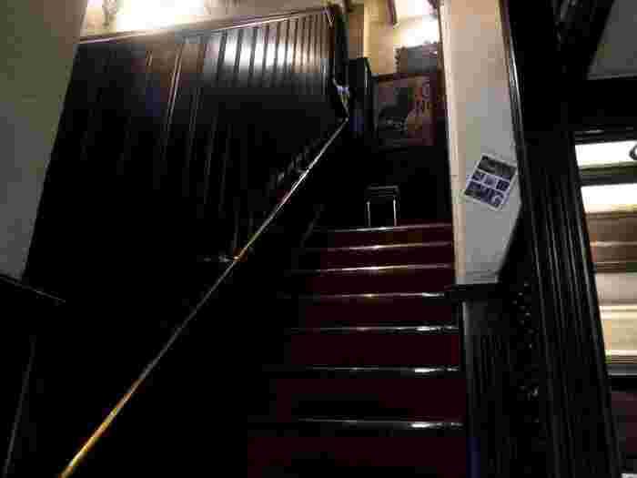 店内の1階は厨房になっておりカフェスペースは2階、3階、地下にも隠れた席があるとのこと。店内へ一歩足を踏み入れると、喫茶スペースへと続くヨーロッパのB&Bのような階段が見えます。