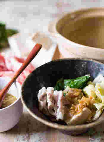 しゃぶしゃぶスタイルでも湯豆腐を楽しんでみてください。昆布茶ベースの出汁でお豆腐や豚肉、野菜を煮込んだら、しょうが、茗荷、小ネギ、バターなどが入った薬味ダレと出汁をかけていただきます。