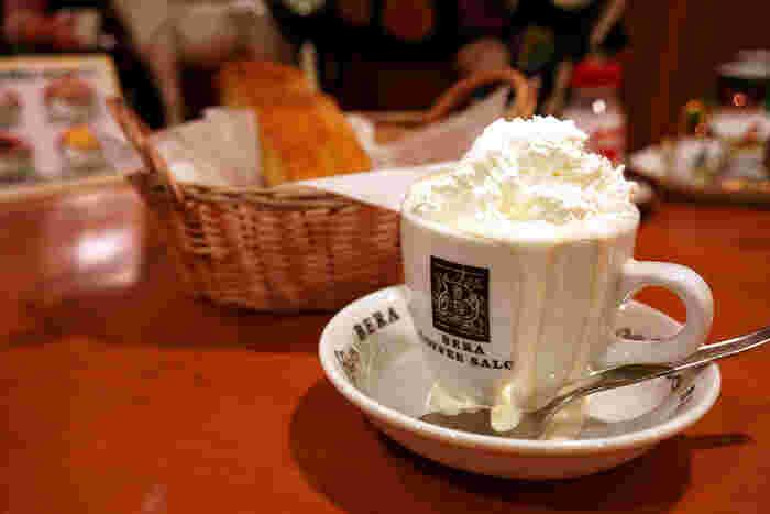 県外から目指して来店するのなら、ネルドリップで淹れたコーヒーにたっぷりの生クリームを入れた「ウインナーコーヒー」がやっぱりイチオシ。
