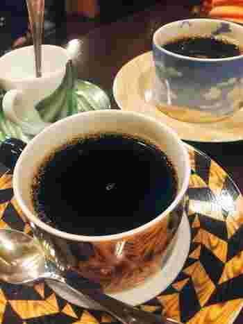 このお店では、お客さんをみてカップ&ソーサーを選んでくれるそうです!どんなカップで飲めるのかワクワクしますね♪  お持ち帰りのコーヒー豆は、実に種類が豊富で、煎り加減も選べるというのが嬉しいポイントです。
