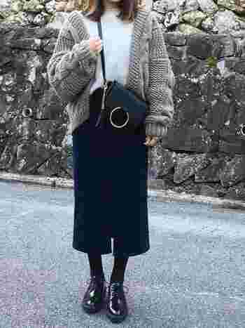 グレー×黒のモノトーンコーデ。重い色を下半身にまとめることでスタイルアップして見えます。カーデはスウェットよりも濃い色にすることで着やせ効果が狙えます。
