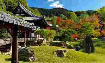 高台寺は、豊臣秀吉の菩提を弔うために、正室であった北政所・ねねが家康の援助を受けて、1606(慶長11)年に創建した臨済宗建仁寺派の寺院です。【画像の建物は、「開山堂」。】
