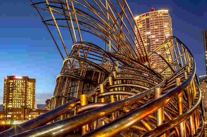 街中に突如あらわれる巨大な鉄パイプオブジェのような建物が、国立国際美術館。アメリカの建築家 シーザー・ペリ氏のデザイン設計で、竹の生命力と現代美術の発展・成長をイメージしているんだとか。