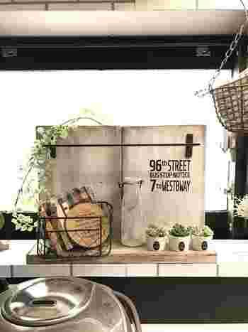木材にセリアのアイアンバーを取り付けたカフェスタンドは、コースターやちょっとしたキッチングッズの収納に大活躍!アクセントに多肉植物を飾ったり、いろんな使い道で楽しめます。