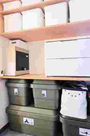 玄関の棚は靴だけでなくて、外に出るのに必要なモノも一緒に集まるスペースですよね。意識しないと折りたたみ傘や「取りあえず」と思って小物など空いているスペースに入れたりしていませんか?こういうスペースに収納ボックスを置くと、分類出来るのはもちろん高さの分の空間も使えるので有効に収納出来ますよ。