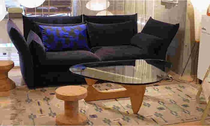 イサム・ノグチの代表的なコーヒーテーブルは、天板がガラスでスタイリッシュさを感じるデザインです。脚部分のフォルムはなめらかな曲線を描き、美術品のような美しさを放っています。部屋の中心にあるだけで素敵な空間が広がります。