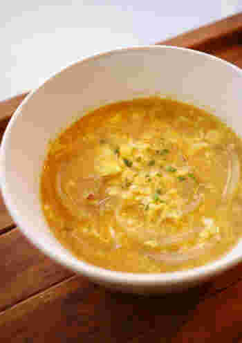 こちらは、韓国料理でよく使われる、コチュジャンとダシダ(韓国の牛肉のだしの素)の入った卵スープ。韓国料理の献立にぜひ合わせてみてください。具材は玉ねぎだけなのでお手軽。とろみも付けなくてOKで、そのまま卵を回し入れるだけで完成します♪