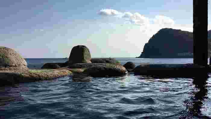どこまでが温泉でどこからが海なのかわからなくなるほど、海が近い温泉。時間帯で男女別になっているほか、女性専用の湯船もあり、バスタオルや湯浴み着は着用OK。旅の想い出作りにもぜひ大自然を感じながら入ってみてください。