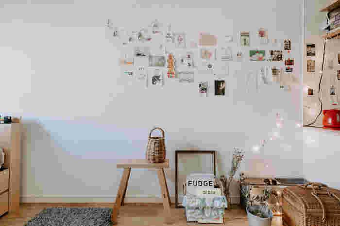 部屋を広く見せるために、壁はできるだけスッキリさせたい…。ですが。部分的に飾って自分らしい空間を作るのも印象アップにつながります。飾るスペースを決めてレッツアレンジ。写真やポストカードをそのまま貼るだけでも素敵です。
