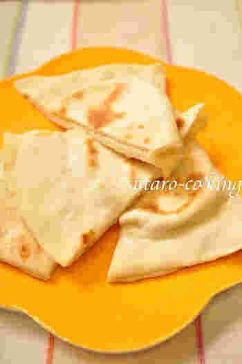 チーズ入りのナンで、いつものナンにアクセントをプラス。大きめの深さのあるフライパンで作るのがおすすめ! カレーと組み合わせるのは勿論、そのまま食べても美味なので、お子さまのおやつにいかがでしょう。