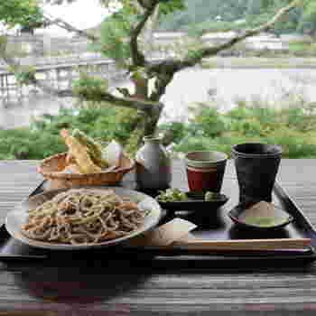 おそばには石臼挽きの国産そば粉が用いられています。名勝・嵐山の美しい景色を眺めながらのおそばは格別。
