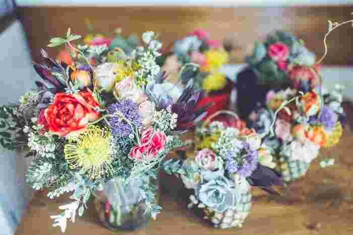 いつもお家で使っているピンやマグカップが大活躍!そのほか大好きなフルーツの皮を花瓶に見立ててみたり、カラフルなお花をふんだんにアレンジ。まるでお家に招待したかのようなホームメイドな空間に。