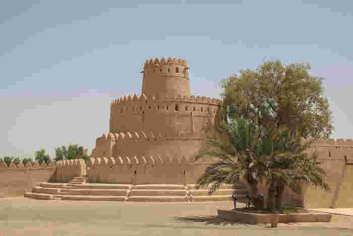 アブダビから内陸の方へ約2時間ほどにあるアル・アインはオマーンとの国境に近く、砂漠を行き交う商人たちの中継地として古くから栄えたオアシス都市です。「アル・アイン」という名前の意味は「泉」を表しています。