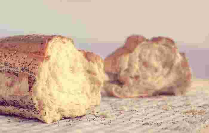 海外では、日本でいう「食パン」のようなパンよりも、バゲッドやクロワッサンといったタイプが主流ですが、パンの耳にあたる、外側の焼き色がついた部分は「heel(踵)of bread」や「crust(皮) of bread」といった言葉で呼ばれています。