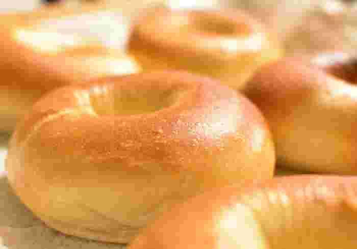 スタイリッシュでニューヨーカーのパン、というイメージのベーグル。でも、もともとはユダヤ生まれ。17世紀後半に作られたベーグルがアメリカへと渡ったのは200年後の19世紀後半。広く人気が出たのは、そこから更に100年後の20世紀後半のことです。昔ながらの素朴なパンも、ニューヨーカーの手にかかれば、最先端のオシャレに変ってしまうということでしょうか。