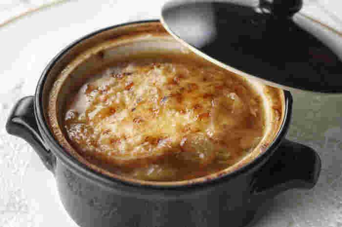 麻布十番に本店を構える老舗「グリル満天星」。一つ一つこだわり抜いた洋食を提供する名店だけに、オニオングラタンスープはどこか懐かしい味がする、安定のおいししさです。