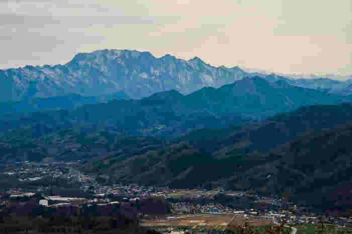 埼玉県秩父市に位置する両神山は、標高1723メートルを誇り、日本百名山の一つに数えられています。よく整備された遊歩道はハイキングコースとなっており、この山は森林浴スポットとしても知られています。