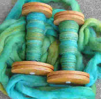 細く美しく紡いだ糸に見惚れてしまいますね。 どれだけの時間がかかったのかを想像するだけで圧倒されてしまいます。