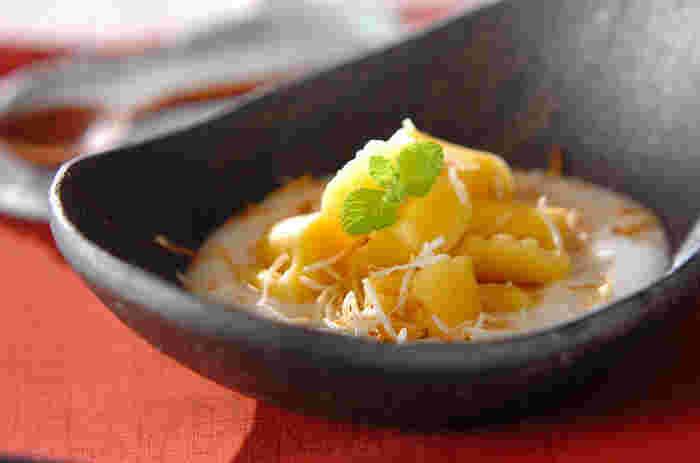 まずは、お洒落なメニューから♪サツマイモをレンジでチンして、塩・砂糖・卵黄・小麦粉で作るニョッキ。もちもちっとした食感とさつま芋の優しい甘みが、ココナッツソースと良く合います!