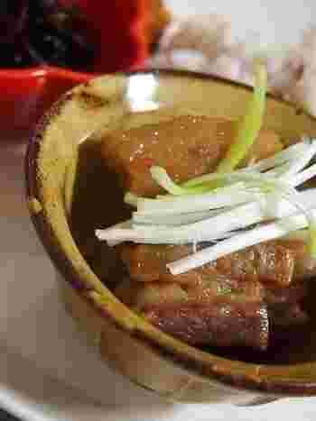 市販の【生しょうゆ麹】に付け込んでできる角煮レシピです。前日から麹に漬け置きしておくことで、よりしょうゆの味が仕込み柔らかくなります。時短レシピで嬉しい。