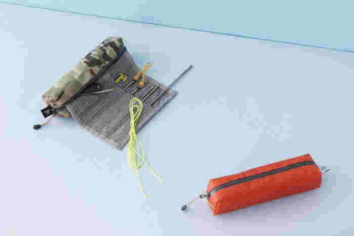 テントを設営するときに使うペグ用のケース。いわゆる工具入れみたいなものですが、こんなにスマートだと、その目的を忘れてしまいそう。文房具がたくさんあって、ペンケースの中でごちゃごちゃしがちという方も、このペグケースを使えばすっきり収納できるかもしれませんよ。