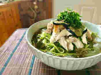 きゅうりを縦に千切りにして、なんと野菜ヌードルに。鶏肉やツナ、キムチや他の野菜などを好きにトッピングして、低カロリーなダイエット食の完成です。