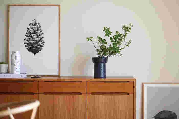 """秋の草花は、シンプルなデザインが魅力の北欧テイストのフラワーベースに活けてもとても合います。北欧も豊かな自然を愛する文化。季節を大切にする日本の文化と通い合うものがあるのかもしれませんね。こちらは、デンマークの「Kahler(ケーラー)」の""""ombria(オンブリア)""""。"""