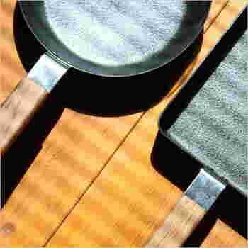 はじめて使うときは、空焚きや油慣らしが必要です。特に油ならしは、焦げ付きを防ぐために大切なのでしっかり行いましょう。汚れは早めの対処が肝心。使用後はすぐに料理を器に移動させ、軽く水洗いして火にかけて乾燥させます。焦げはしばらくお湯につけて置くと落ちやすくなりますよ。