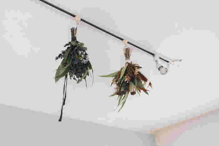 こちらはライティングレールにスワッグを吊るした飾り方。レールに掛けるだけで手軽に吊るせます。スワッグをいくつか吊るすと、天井もぐんとおしゃれに♪