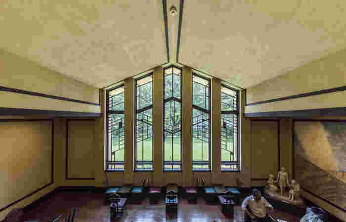 明月館の顔ともいえる中央棟のホールにある、幾何学模様が美しい大きな窓。実は、ライトのアイディアで工事費を抑えるために、ステンドグラスではなく木製の窓枠や桟を幾何学的にしたのだそう。