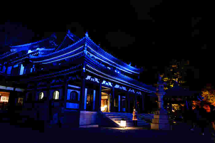 ブルーにライトアップされたお寺も、神秘的ですね。