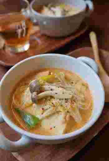 キムチが入った豆乳スープは、まろやかさの中にピリリとした辛さがあってすっきりといただけます。厚揚げとキノコでボリュームもあるので、満足感の高いひと品です。