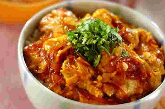 甘辛のたれが、ごはんと相性ぴったりの丼ぶりレシピ。絹ごし豆腐・玉ねぎなどの食材、酒・砂糖などの身近な材料だけで作れるため、今日にでも気負いなくチャレンジできそうです。 お肉がないけれど、ボリュームたっぷりの卵とじ丼を食べたいときにおすすめのレシピです。