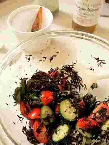 カラダに良いものばかりが入っている栄養満点の和風サラダ。ひじきと大葉の香りのタッグは、文句のつけようがありません!