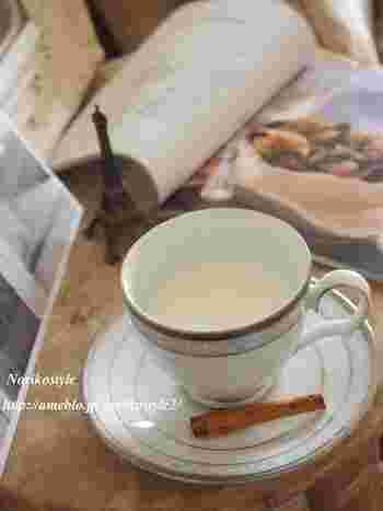 秋風が冷たく感じる夜には、ジンジャーをきかせたホットミルクで、ぽかぽかに温まるのもいいですね。もちろん、豆乳などでもOK。シナモンも体を温めてくれる食材です。