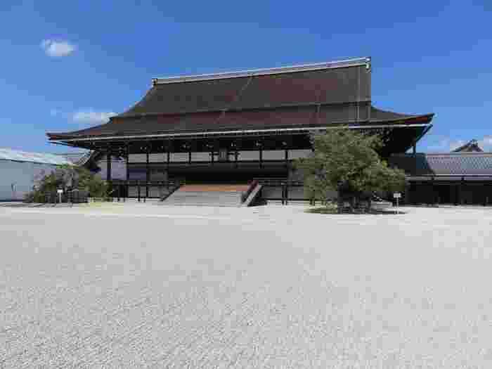 こちら「紫宸殿(ししんでん)」は、「即位式」等の重要な儀式が行われてきた最も格式の高い建物です。  普段はこちらに天皇陛下の玉座「高御座(たかみくら)」と皇后陛下の御座「御帳台(みちょうだい)」が保管されていますが、2019年10月に行われる「即位礼正殿の儀」に向けて、2018年8月に東京に移送され、修復作業が行われているそう。